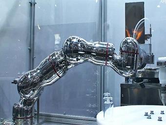 Первый в мире робот из хромированной стали