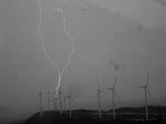 Вращение ветряных турбин создает регулярные разряды молний