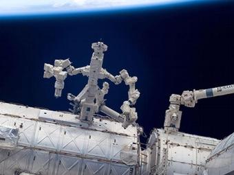 Робот чинит сам себя за пределами МКС